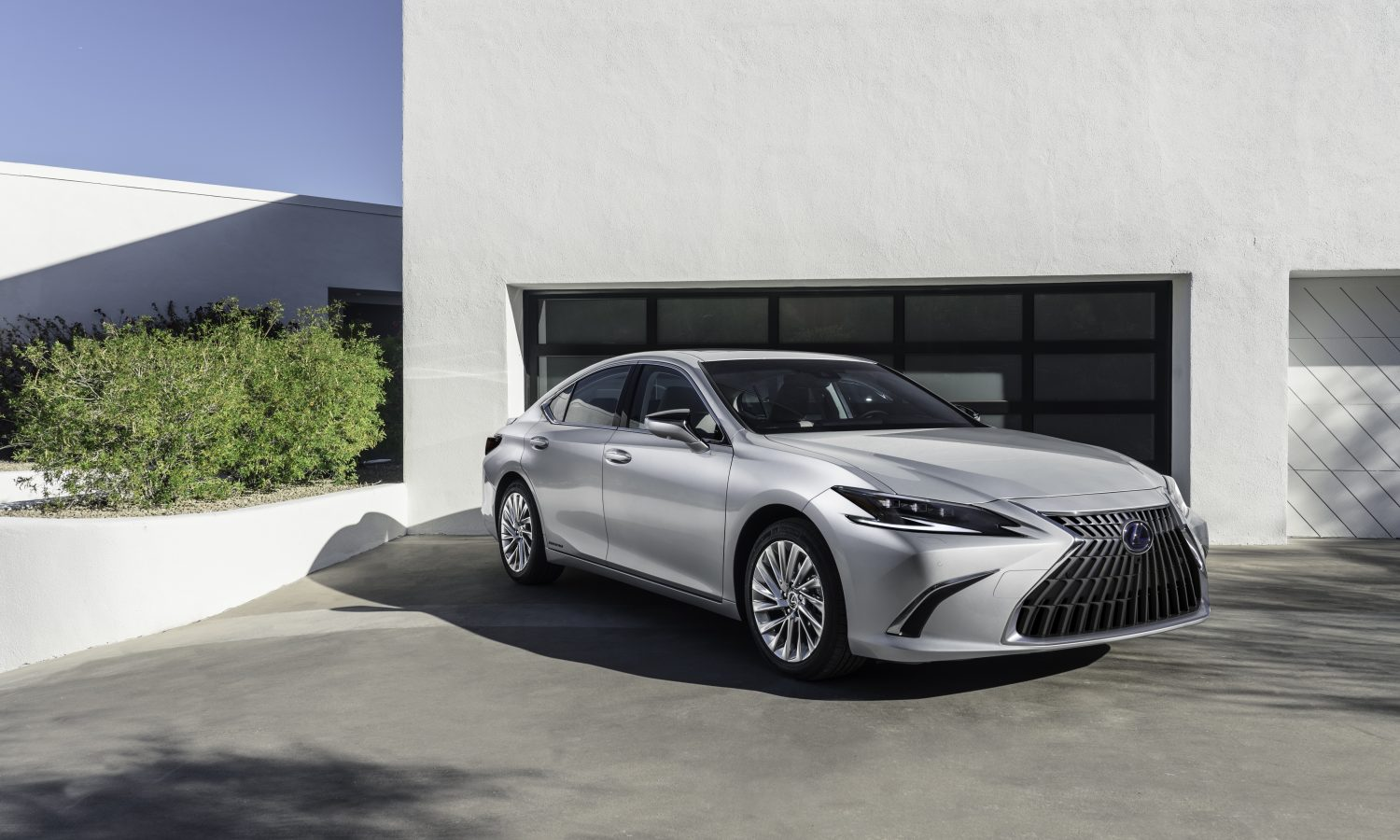 LEXUS ES FAMILY RETURNS FOR 2022 WITH UPDATED TECH, SAFETY, FIRST-EVER 300H F SPORT GRADE